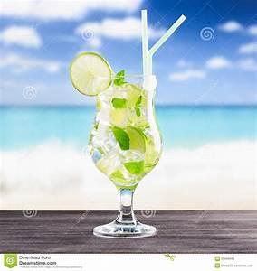 Verre A Mojito : verre de cocktail de mojito sur une plage photo stock image du lame plage 37443490 ~ Teatrodelosmanantiales.com Idées de Décoration