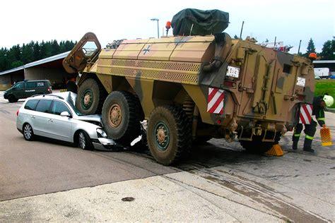 unfall vw passat  gegen transportpanzer fuchs