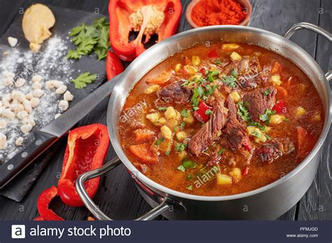 zutaten auf englisch in der n 228 he rindfleisch ungarischen gulasch oder bograch suppe mit paprika kleine eier