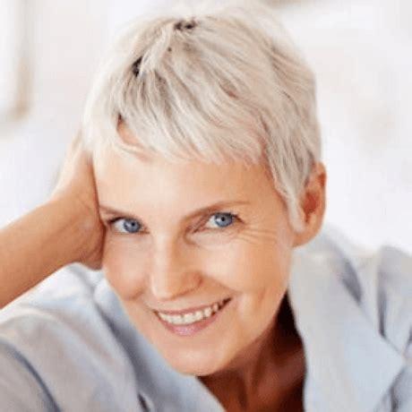 Lissée, wavy ou frangée, cette coupe courte dévoilant la nuque incarne une féminité affirmée. Coupe cheveux court femme 65 ans