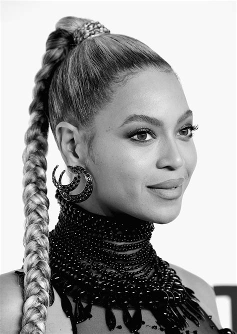 Beyoncé Bleeds From a Ripped Earring, Continues to Sing ...