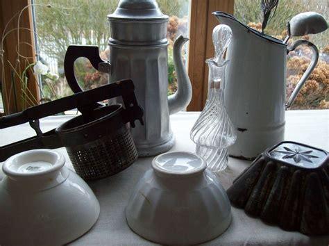 ustensiles de cuisine en p ustensiles de cuisine anciens derrière les volets