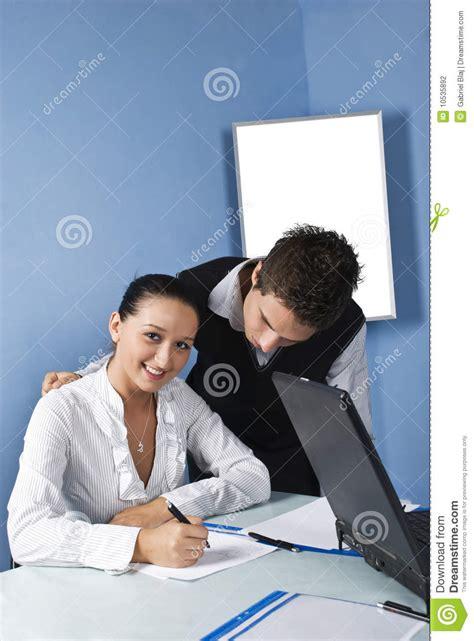 affaire de bureau personne de deux affaires dans un bureau photographie