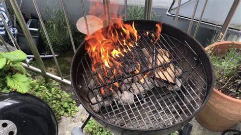 weber grill kugel weber grill grillrost einfach sauber brennen kugel grill rost mit feuer reinigen anleitung
