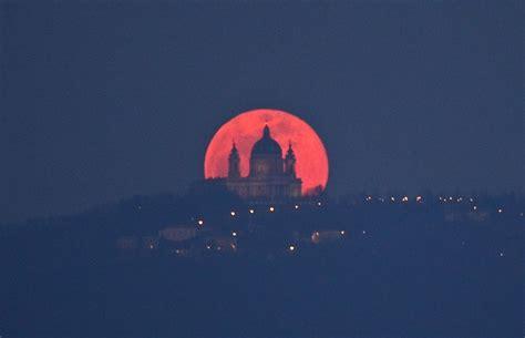 siege corbeau pleine lune à turin derrière la basilique de superga