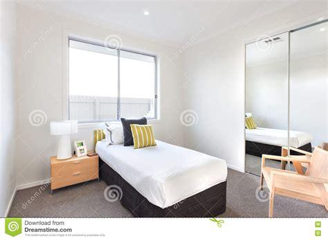 foto eenpersoonsbed moderne slaapkamer met een eenpersoonsbed en witte bladen