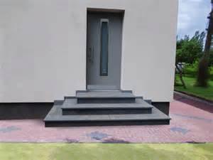 naturstein treppe treppe aussen haus eingang podest naturstein granit beton stufe setz schwarz haustür