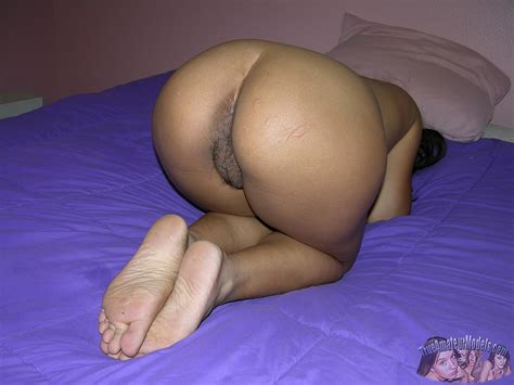 Amateur Thai Girl Gets Naked And Shows Her Trimmed Pussy