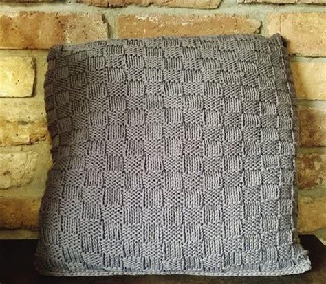 kissen stricken mit knöpfen strickanleitung f 252 r ein kuschliges sofa kissen mit kn 246 pfen im landhauslook variante 2