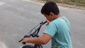 ensinandoa andar de bicicleta sem as mãos - YouTube