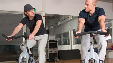 Zu Hause Trainieren Oder Besser Ins Fitnessstudio Gehen