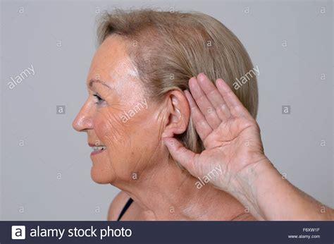 Ältere Dame Mit Hörproblemen Durch Alterung, Hielt Ihre
