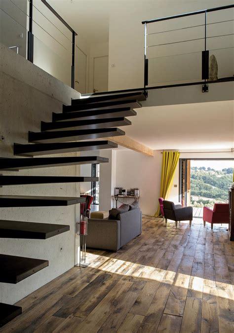 escalier entre cuisine et salon escalier dans d 39 entrée maison avec mezzanine
