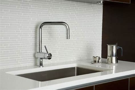 modern white kitchen backsplash pastilha vidro cer 226 mica porcelanato argamassa cola 500 7789