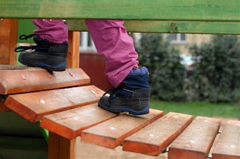 Kā jākopj koka rotaļu stūrītis dārzā?