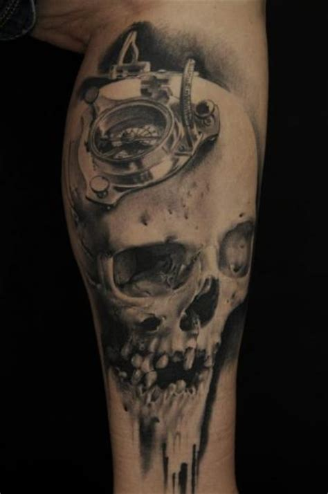 tatuagem braco caveira bussola por vicious circle tattoo