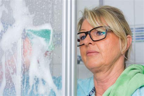 kalk entfernen  der dusche  gehts richtig und effektiv