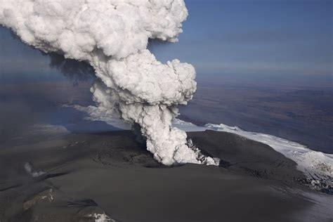 900 jahre lang war der vulkan fagradalsfjall in island inaktiv, in der nacht ist nun die oberfläche auf einer länge von 500 metern aufgerissen und. Island 2010, Eruption, Vulkan, Eyjafjallajökull, Eyjafjöll ...