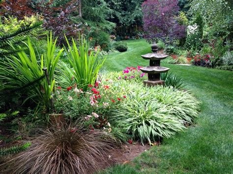 Garten Design Bilder by An Eclectic Garden Delights With Surprises