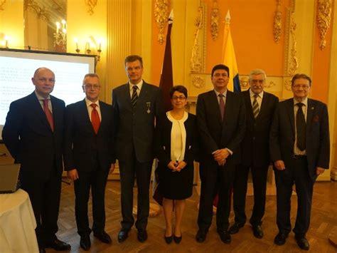 Kolumbijas Goda konsuls Latvijā Roberts Binde saņem Kolumbijas valdības