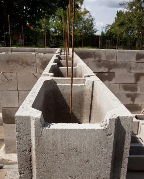 stützmauer bauen anleitung schalsteine fundament so errichten sie ein stabiles fundament