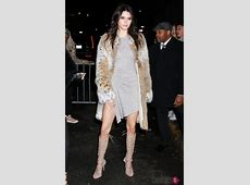 Kendall Jenner posando con un vestido de su línea en la