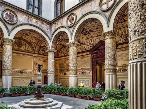 It was built at the turn of the 14th century as the palazzo de popolo or the 'palace of the people'. Palazzo Vecchio ed il Salone dei Cinquecento - Tour ...