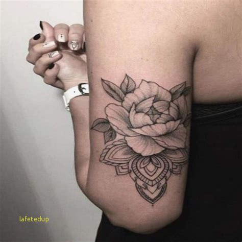 tatouage epaule femme fleur