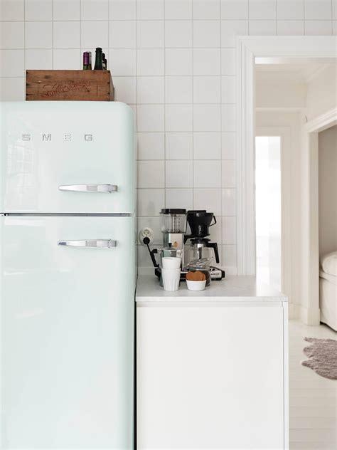 cuisine avec frigo smeg inspiration du mint dans la cuisine frenchy fancy
