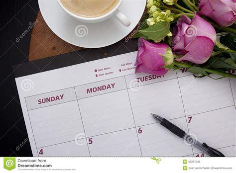 calendrier sur le bureau planificateur de calendrier de bureau sur la table basse