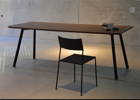 repas bureau table de repas en chêne ou noyer au design sobre et
