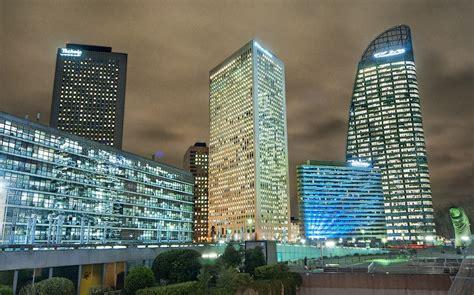 Cinq tours à La Défense vues de la place Carpeaux