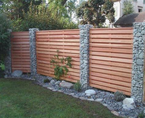 Wer sagt eigentlich, dass ein zaun aus holz, metall oder steinen bestehen muss? Gartenzaun mit Holz und Gabionen | Sichtschutzzaun garten, Zaun garten, Garten zaun ideen