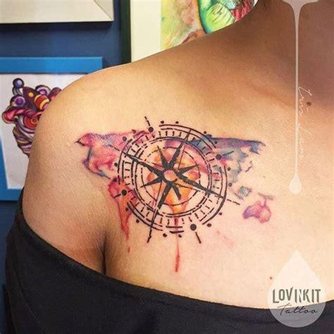 tatouage aquarelle femme boussole compas  rose des vents