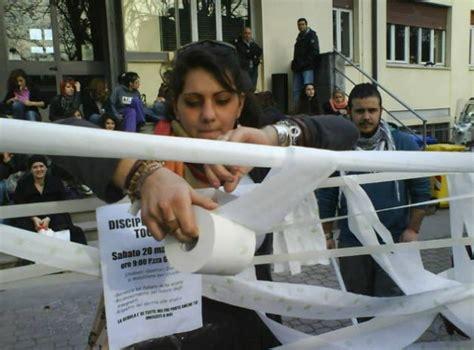 Ufficio Provinciale Scolastico Genova - catena umana di studenti bloccati i dipendenti
