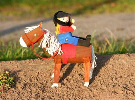 basteln mit kindern kostenlose bastelvorlage basteln fuer maedchen pferd und reiterin aus pappe