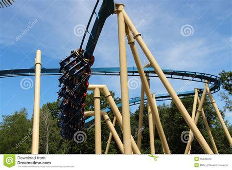 vue avec le sur des montagnes russes osiris en parc asterix ile de image