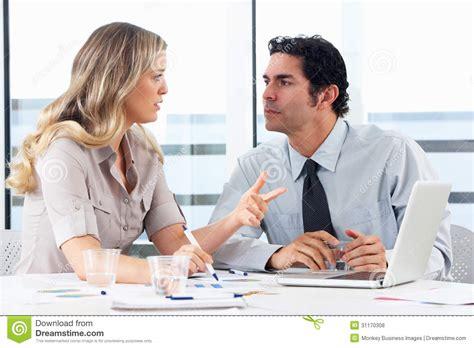 bureau homme d affaire homme d 39 affaires and businesswoman meeting dans le bureau