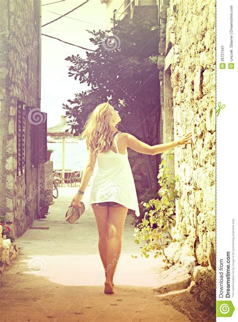 beautiful woman walking barefoot   street cross