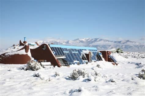 haus aus recyclingmaterial earthship haus nachhaltig bauen energie sparen und autark leben nachhaltige earthship h 228 user