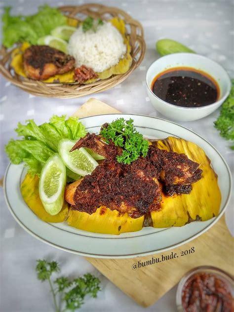 Kombinasi ayam goreng bumbu bacem sederhana dari perpaduan rasa manis,asam dan gurih yang melekat pada lembutnya daging ayam yang menjadikannya sedikit lebih berbeda. Resep Nasi Ayam Bumbu Hitam Istimewa - Jatik.com