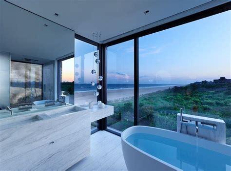 maison en bois avec de grands espaces vitr 233 s bordant l oc 233 an 224 new york construire tendance