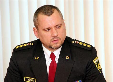Asaras birst par policistu kandidātu rakstīšanas prasmēm ...