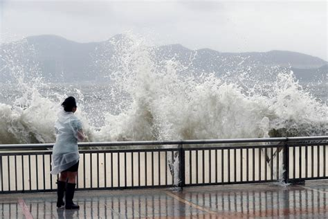 typhoon hato wreaks havoc  hong kong    flights cancelled