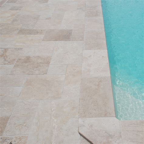 plage de piscine en carrelage agr 233 able plage de piscine en carrelage 6 terrasse travertin rustic avec margelles de piscine