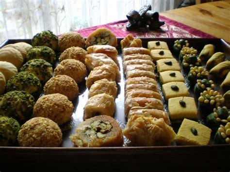 bruit en cuisine aid mabrouk et petit assortiment de gâteaux tunisiens