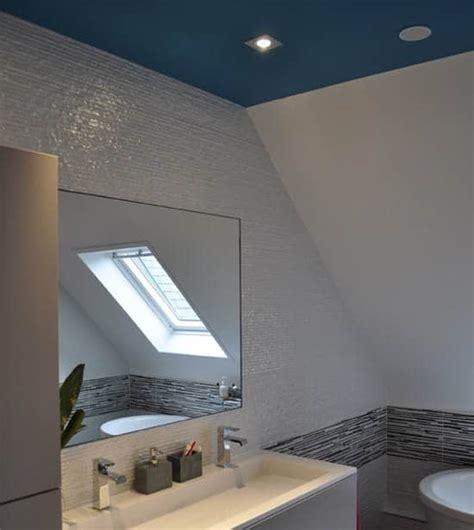 plafond tendu salle de bain un plafond de couleur bleue dans la salle de bain