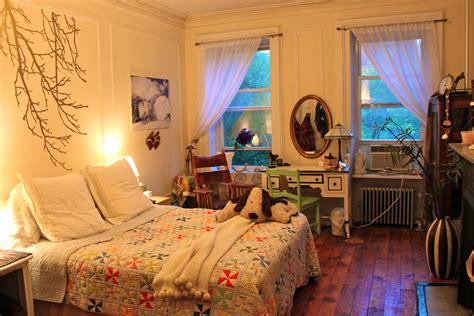 itsy bitsy bedroom maximizing  small space