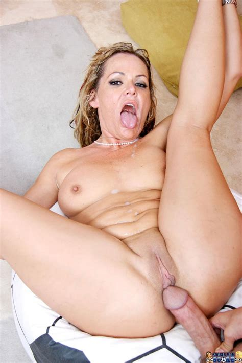 Good Looking Mom Kelly Leigh Gets Her Shaved Juicy Cunt