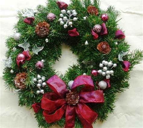 decorate  christmas wreath mama